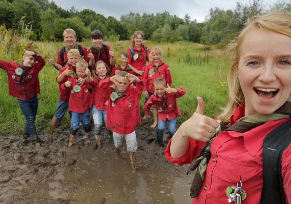 bevers groep in de modder lopen blote voeten pad