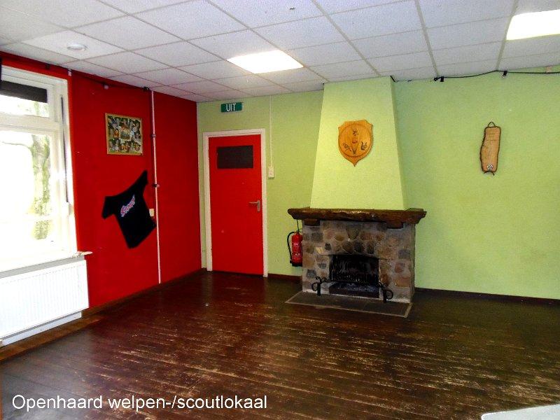 Welpenlokaal in scoutinggebouw met open haard