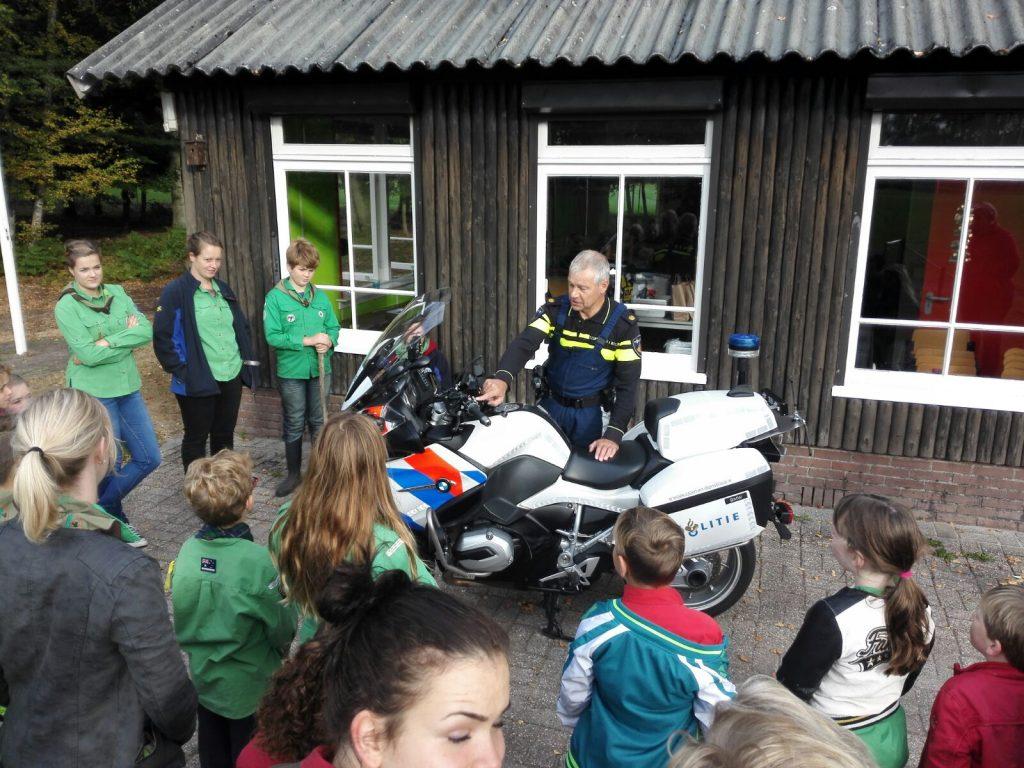 Politieagent op bezoek bij scouting Loenen