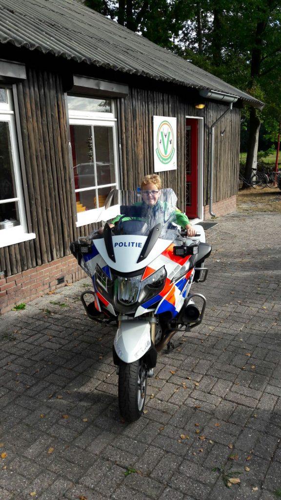 Welp op de politiemotor
